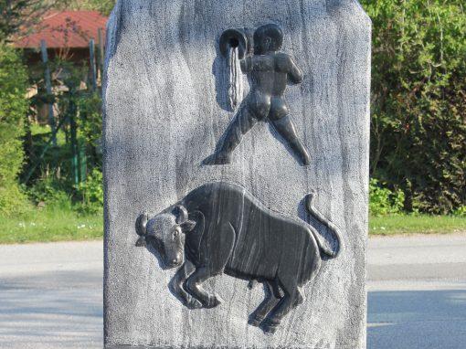 """Brunnen aus Wachauer Marmor mit Relief """"Wassermann und Stier"""""""